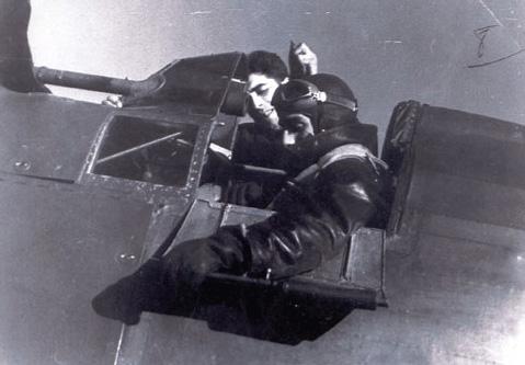 El piloto Avelino Baglietto ajusta la portezuela de la cabina de su I-15 Nótese el visor tubular (Fotografía IHCA)