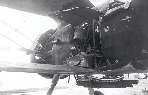 En este Chato impactado se aprecia el inusual afuste de bombas. Nótese la caja de municiones de las ametralladoras PV-1; el arma inferior izquierda ha sido desmontada y nos permite ver la prolongación del tubo de la ametralladora (Fotografía IHCA)